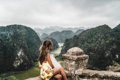 Mujer atractiva que presenta en las monta?as de Vietnam septentrional imagenes de archivo