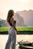 Mujer atractiva que presenta en las monta?as de Vietnam septentrional fotos de archivo libres de regalías