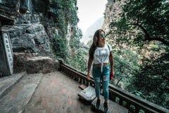 Mujer atractiva que presenta en las monta?as de Vietnam septentrional imagen de archivo