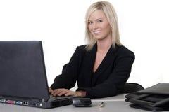 Mujer atractiva que pulsa en la computadora portátil Imágenes de archivo libres de regalías