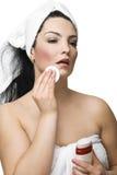 Mujer atractiva que quita maquillaje Fotos de archivo libres de regalías