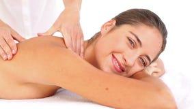 Mujer atractiva que recibe masaje trasero en el centro del balneario metrajes