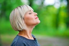 Mujer atractiva que respira y que se relaja foto de archivo libre de regalías