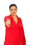 Mujer atractiva que señala a usted imagen de archivo