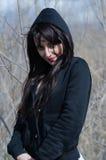 Mujer atractiva que se coloca en el medio de árboles secos Fotos de archivo