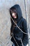 Mujer atractiva que se coloca en el medio de árboles secos Foto de archivo libre de regalías