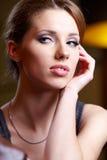 Mujer atractiva que se relaja en el país Imagen de archivo libre de regalías