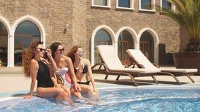 Mujer atractiva que se relaja en piscina interior del balneario en el hotel Cámara lenta metrajes