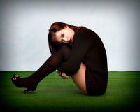 Mujer atractiva que se sienta en un parque fotografía de archivo libre de regalías