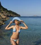 Mujer atractiva que soña cerca del mar claro Foto de archivo libre de regalías