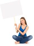 Mujer atractiva que sostiene el cartel en blanco Imágenes de archivo libres de regalías