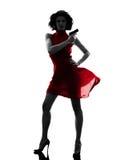 Mujer atractiva que sostiene la silueta del arma Imagen de archivo