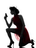 Mujer atractiva que sostiene la silueta del arma Fotos de archivo libres de regalías