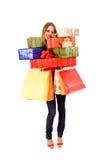 Mujer atractiva que sostiene muchos rectángulos y bolsos de regalo Imagen de archivo libre de regalías