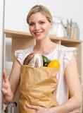 Mujer atractiva que sostiene un bolso de tienda de comestibles Imagenes de archivo