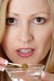 Mujer atractiva que tiene un martini Fotos de archivo