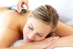 Mujer atractiva que tiene un masaje Imagen de archivo libre de regalías