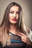 Mujer atractiva que tira de su primer superior Foto de archivo libre de regalías
