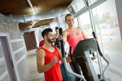 Mujer atractiva que trabaja ejercicios cardiios con el instructor Fotografía de archivo