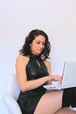 Mujer atractiva que trabaja en la computadora portátil Foto de archivo