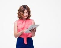 Mujer atractiva que usa la tableta Imagenes de archivo