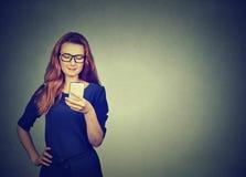 Mujer atractiva que usa mandar un SMS elegante del teléfono fotografía de archivo libre de regalías