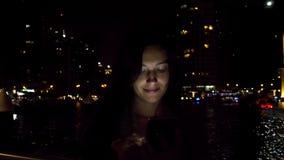 Mujer atractiva que usa smartphone en la noche almacen de metraje de vídeo