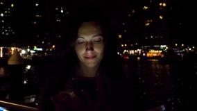 Mujer atractiva que usa smartphone en la noche almacen de video