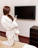 Mujer atractiva que ve la TV Imagen de archivo