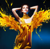 Mujer atractiva sensual en vestido amarillo Imagen de archivo libre de regalías