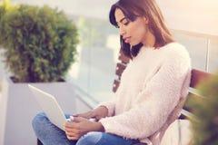 Mujer atractiva seria que trabaja en el ordenador portátil Fotografía de archivo libre de regalías