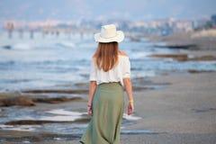 Mujer atractiva sola en la playa foto de archivo