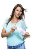 Mujer atractiva sonriente que lleva a cabo 500 el euro Bill Fotografía de archivo libre de regalías