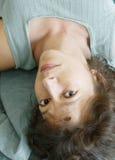 Mujer atractiva upside-down Fotos de archivo