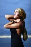 Mujer atractiva y de lujo en el backgroung de la puesta del sol Foto de archivo libre de regalías
