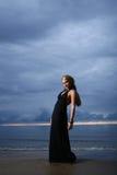 Mujer atractiva y de lujo en el backgroung de la puesta del sol Imágenes de archivo libres de regalías
