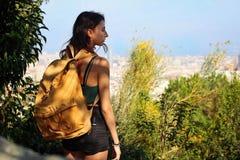 Mujer aventurera con una mochila amarilla fotos de archivo libres de regalías