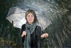 Mujer bajo el paraguas Foto de archivo libre de regalías