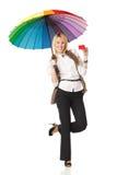 Mujer bajo el paraguas que sostiene de la tarjeta de crédito en blanco Fotografía de archivo libre de regalías