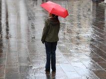Mujer bajo el paraguas rojo Fotos de archivo