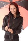 Mujer bajo el paraguas rojo y negro Imagen de archivo libre de regalías