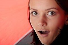 Mujer bajo el paraguas rojo y negro Fotos de archivo libres de regalías