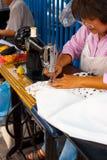 Mujer Bangkok de la personalización de la calle pescada con caña Foto de archivo libre de regalías