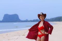 Mujer bastante al aire libre con el bikini rojo del sombrero en la playa Imagen de archivo libre de regalías