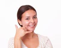 Mujer bastante alegre con gesto de la llamada Imagen de archivo