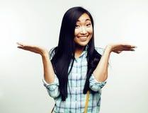 Mujer bastante asiática de los jóvenes que presenta emocional alegre en el fondo blanco, concepto de la gente de la forma de vida Imagen de archivo libre de regalías
