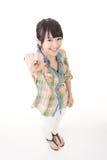 Mujer bastante asiática de los jóvenes que señala adelante Imagen de archivo