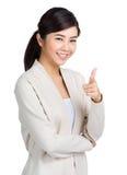 Mujer bastante asiática de los jóvenes que señala adelante Imagen de archivo libre de regalías