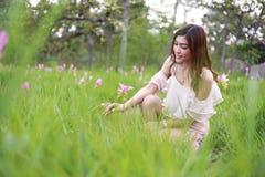 Mujer bastante asiática en campo del tulipán de Tailandia Imagenes de archivo