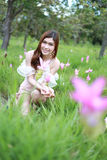 Mujer bastante asiática en campo del tulipán de Tailandia Foto de archivo
